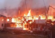 Trei pensiuni  în flăcări la Moeciu de Sus. Pompierii au stins cu greu incendiul
