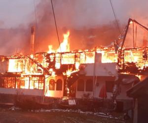 Trei pensiuni din Moeciu în flăcări. Pompierii nu mai pot face față incendiului