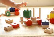 VIDEO - Moș Nicolae le pune în ghetuțe celor cuminți jucării de lemn