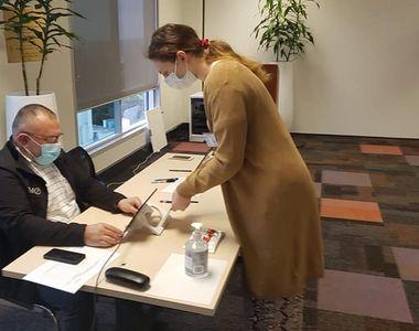 A inceput votul! FOTO cu primul român care a votat la alegerile parlamentare 2020