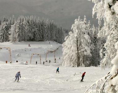 VIDEO - Turiști pe pârtiile de schi. Sezonul de iarnă a fost deschis