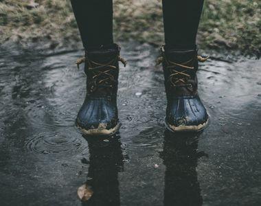 Cum îți protejezi încălțămintea pe vreme ploioasă