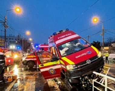Accident grav în București! O ambulanţă a lovit un refugiu de tramvai