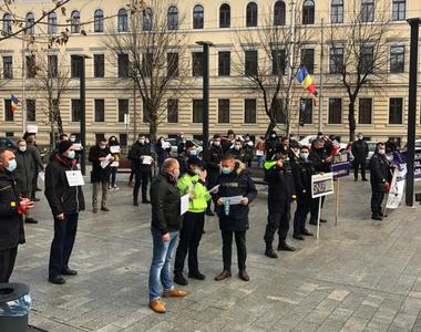 """Proteste în faţa Ministerului Muncii faţă de """"îngheţarea"""" salariilor şi a..."""