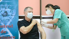 """Klaus Iohannis s-a vaccinat anti-COVID la Spitalul Militar """"Carol Davila"""": """"Este o procedură simplă, nu doare"""""""