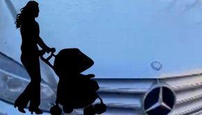 VIDEO - Căruciorul unui bebeluș, lovit intenționat cu mașina de un interlop