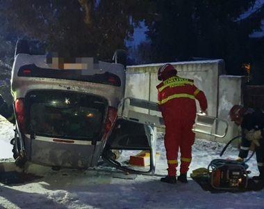 Accident grav! O mașină s-a răsturnat din cauza poleiului, una dintre persoane a decedat