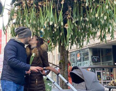 """Nicu Bocancea a """"plantat"""" copacul cu 600 de lalele în mijlocul Bucureștiului  pentru un..."""
