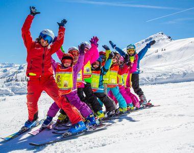 VIDEO - Părinții își trimit copiii să învețe să schieze în taberele de munte