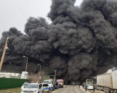VIDEO - Nori groși de fum negru după un incendiu de proporții în Buzău