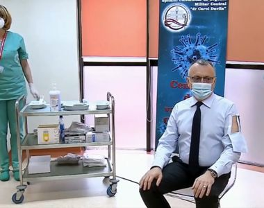 Ministrul Educației, Sorin Cîmpeanu, a mers pregătit la vaccinarea împotriva COVID-19....