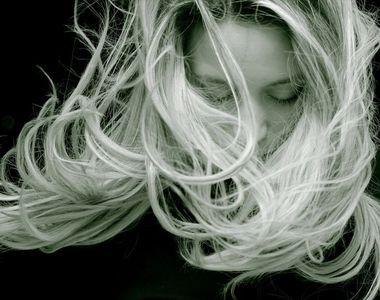 Cum se face, de fapt, decolorarea părului