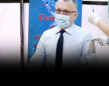 VIDEO - Demnitari la vaccinare. Ministrul care a avut o ținută aparte