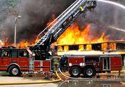 Caz șocant în Vaslui. Un bărbat și-a dat foc la casă de mai multe ori, chiar dacă pompierii o stingeau