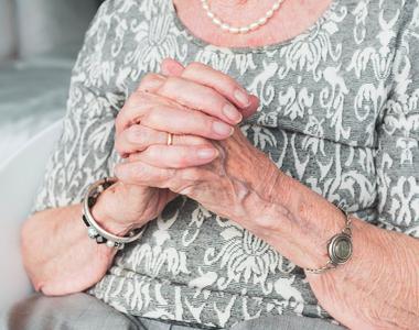 Îngrijirea vârstnicilor la domiciliu versus cămin de bătrâni