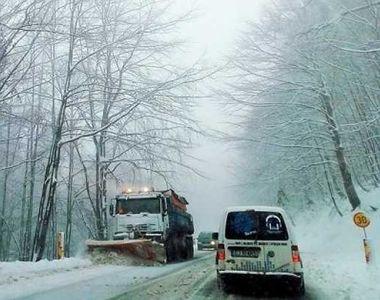 VIDEO - Zăpada căzută cu nemiluita le-a dat mult de furcă șoferilor