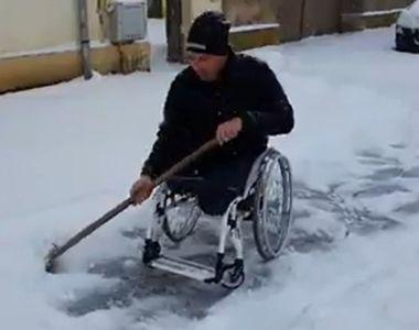 VIDEO-Un bărbat în scaun cu rotile deszăpezește zilnic trotuarul casei