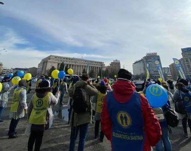 """Protest al sindicaliştilor din Sănătate, în Piaţa Victoriei: """"Fără noi, COVID-ul e pe..."""