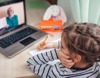 Ce se întâmplă cu elevii care continuă să facă școala online. Cum vor susține...
