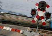 Femeie lovită de tren, găsită în stare gravă de poliţişti