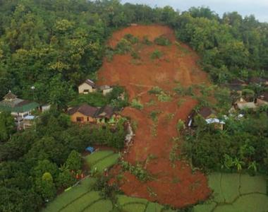 Mai mulți morţi şi zece dispăruţi în Indonezia, în urma unei alunecări de teren