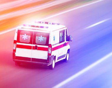 O ambulanță care transporta o femeie bolnavă de COVID-19 s-a răsturnat. Femeia a murit