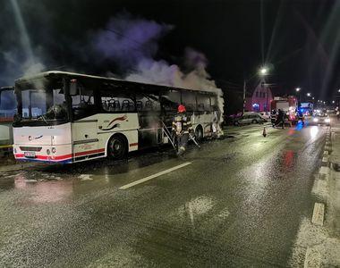 Un autocar cu 30 de oameni la bord a luat foc în mers, în județul Sibiu