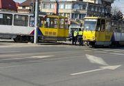 Accident între un tramvai care a ieșit complet de pe șine și un autoturism