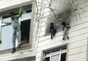 Salvare spectaculoasă în Turcia. Patru copii, aruncați de mama lor de la etaj în timpul unui incendiu (VIDEO)