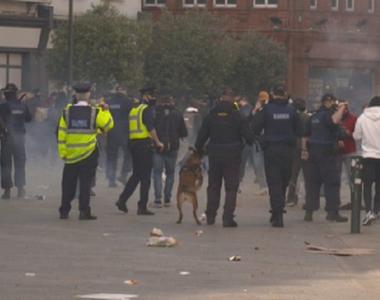 Zeci de arestări şi trei poliţişti răniţi la un protest violent contra restricţiilor...