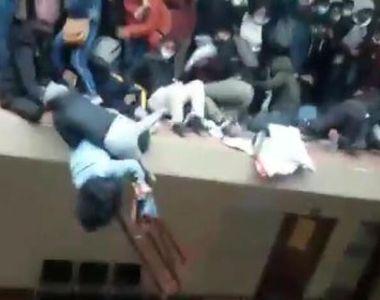 Imagini șocante. 7 studenți au murit după ce au căzut de la etajul unei universități