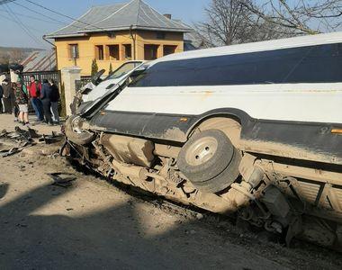 Plan ROȘU de intervenție în Suceava. Microbuz școlar cu 19 elevi, proiectat în șanț