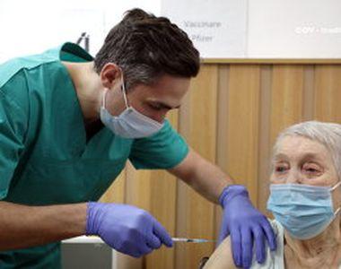 VIDEO - O bunicuță de peste 80 de ani, vaccinată chiar de Valeriu Gheorghiță