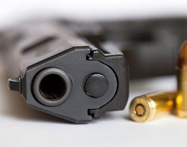 Un bărbat de 55 de ani a fost găsit împușcat într-un imobil
