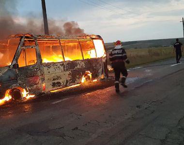 Trafic blocat după ce un microbuz cu călători a luat foc în mers