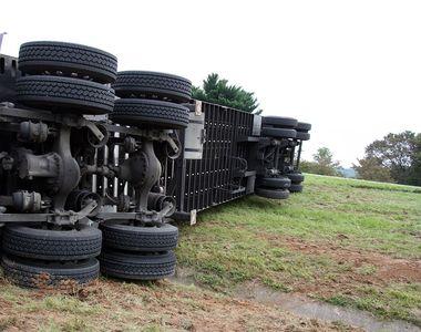 Accident cumplit: Un tren a intrat cu 120 km/h într-un camion