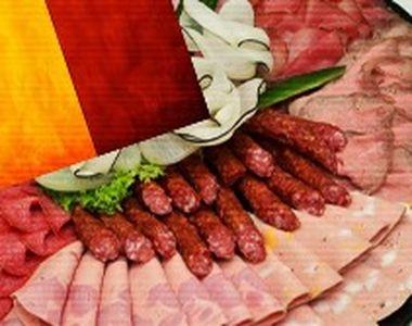 VIDEO - Mezelurile românești, fabricate din carne inferioară de pui importată
