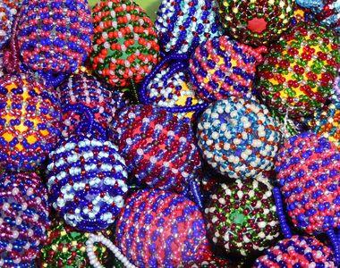 VIDEO - Ouăle de Paște, decorate cu mărgele precum costumele populare