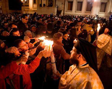 VIDEO - HRISTOS A ÎNVIAT! Lumina sfântă de Paște, primită în bisericile din România
