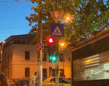 Ce semnifică, de fapt, semaforul verde intermitent. Mulți șoferi sunt confuzi