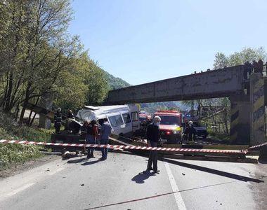Accident dezastruos în Neamț. Limitatorul de înălţime al unui pod a căzut peste un...