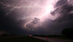 Anunț ANM de ultima oră. Ploi torenţiale, descărcări electrice şi intensificări ale vântului, până vineri seară
