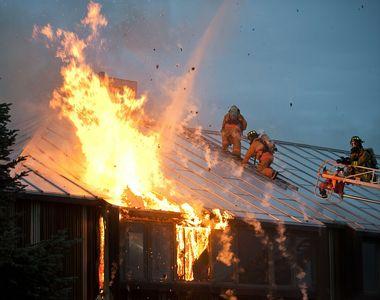 VIDEO - O mamă și doi copii, salvați de pompieri din incendiul de la bloc