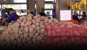 VIDEO -Cartofi rămași pe tarabe. Fermierii au scăzut prețurile cu mult