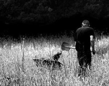 Un bărbat și-a omorât tatăl și l-a îngropat în curtea casei. Scene șocante în Bacău