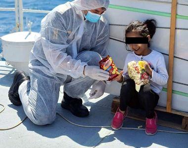 Imagini inedite cu o copilă afgană salvată de polițiștii români din Marea Mediterană