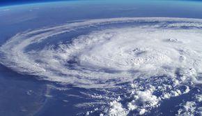 Ciclonul de la Marea Neagră ajunge în România. Unde lovește fenomenul periculos