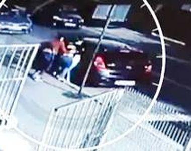 VIDEO - Doi gemeni de doar cinci ani au fost luați cu forța chiar de mamă
