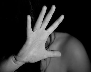 Două femei s-au bătut într-un magazin. Una dintre ele a fost găsită plină de sânge și a...