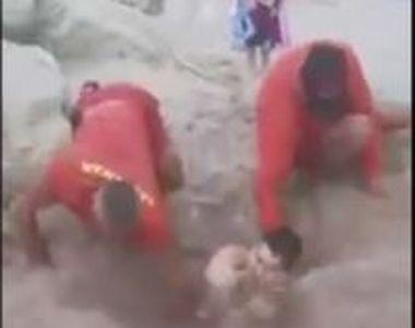 VIDEO   Tânăr scos din nisip de către salvamari, după ce prietenii l-au îngropat până...